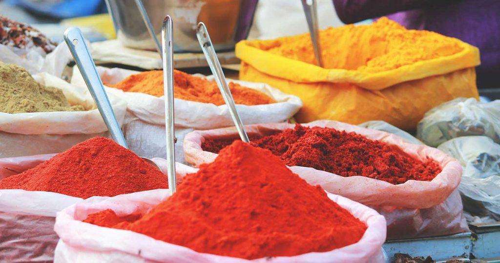 Krydder i sekker på et marked i India